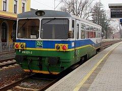 Motorák s typickým zeleno-modro-bílým nátěrem Železnice Desná