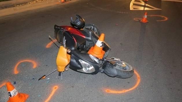 Třicetiletá žena na motocyklu havarovala v sobotu 20. července večer v Jeseníku, při kolizi se lehce zranila.