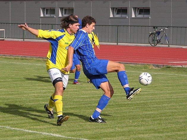 Souboj šumperského hráče (žlutý dres) s hráčem Uničova.