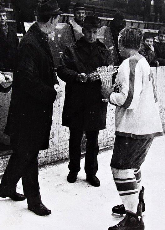 O štít únorového vítězství. První ročník turnaje mladších žáků v ledním hokeji 3.-5. března 1972, slavnostní předání cen