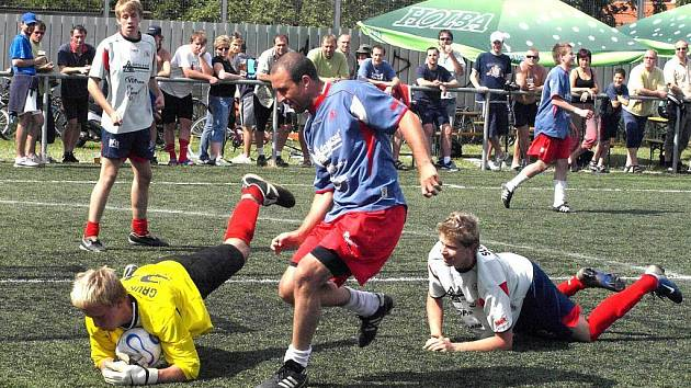 Martin Málko z Delty Real (tmavý dres) doráží na gólmana juiorského týmu Delty Real.