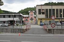 Vstup do bývalé papírny v Jindřichově na snímku z léta 2012.