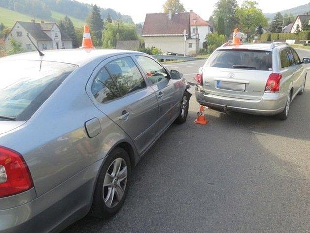 Do toyoty, která dávala přednost autům na hlavní silnici, narazil v sobotu 10. října v Lipové-lázních nepozorný řidič Škody Octavie.