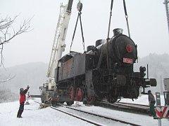 Středa 5. prosince ráno: Přesun lokomotivy na koleje u cyklostezky mezi Lupěným a Hněvkovem.