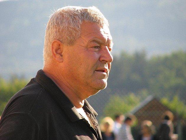 Trenér Mikulovic Antonín Mura během utkání v Losinách
