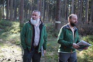 Přírodní rezervaci Rejvíz v Jeseníkách decimuje kůrovec. Pracovníci CHKO Jeseníky Petr Šaj a Miroslav Havira stav lesního porostu pečlivě kontrolují.
