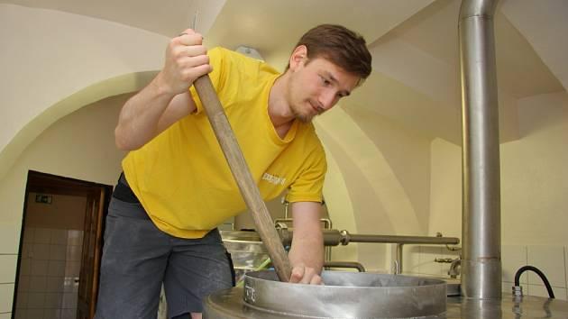 Redaktor Deníku byl svědkem vaření piva v Minipivovaru Kolštejn.