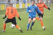 Šumperští fotbalisté (oranžové dresy) během utkání v Rýmařově