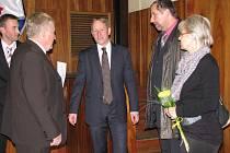 Starosta Zábřehu František John (uprostřed) přijímá krátce po své volbě gratulace od kolegů v zastupitelstvu.