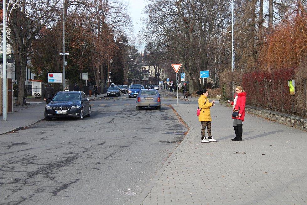 Na ulici Fialova budou lidé nastupovat do autobusů.