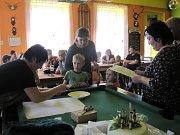 Na krchlebském turnaji v Člověče, nezlob se! proti sobě k hráčským polím tradičně zasedly celé rodiny