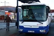Autobus na jesenickém autobusovém nádraží čeká na odjezd do Zlatých Hor.