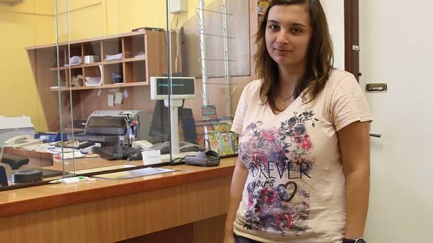 Poštovní služby ve Velké Kraši nově zajišťuje obec, zákazníky na pobočce ale obsluhuje stále Lenka Svobodová.