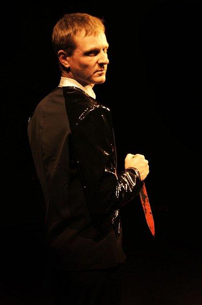 Hlavní roli Mackbetha ztvárnil ve stejnojmenné inscenaci šumperského divadla Tomáš Krejčí.