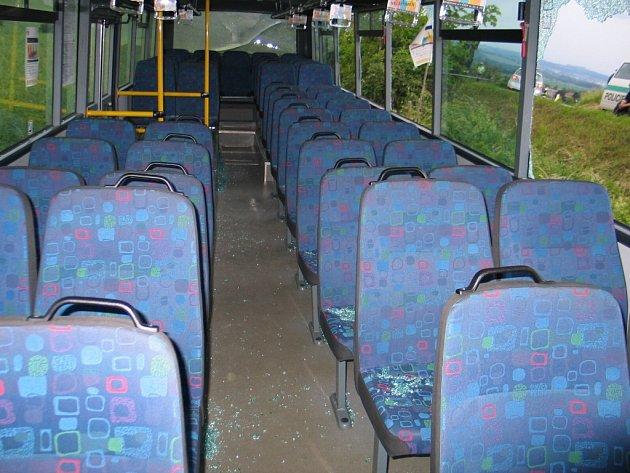Vnitřek autobusu po nehodě s kamionem nedaleko Dubicka