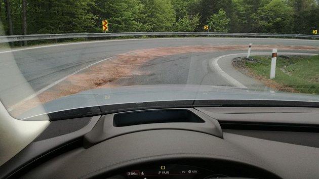 Foto poničené cesty na Červenohorské sedlo
