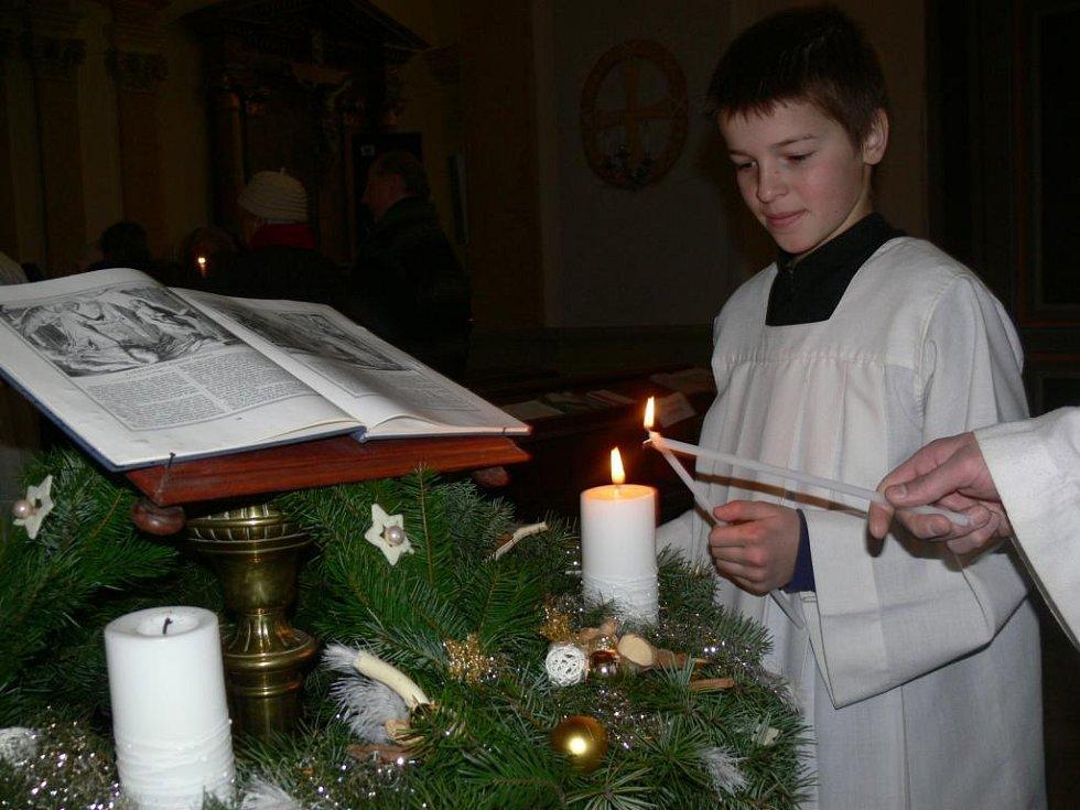 Kněží v neděli zapálili první svíci, začal advent
