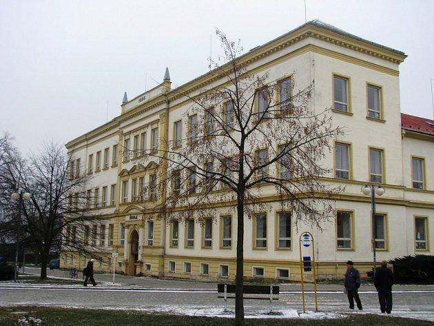 Budova základní školy v Lošticích.