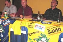 Sportovní ředitel Draků Radek Kučera, prezident klubu Vladimír Velčovský a hlavní kouč mužů Petr Rutar (zleva) na tiskové konferenci klubu.