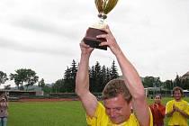 Snímek rok starý, Bohdan Hecl zvedá nad hlavu pohár pro vítěze krajského přeboru