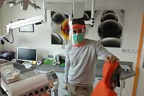 Základní škola Mlýnská v Mohelnici tiskne pomocí 3D tiskárny obličejové štíty. Na snímku mohelnický zubní lékař Zdeněk Ambrož.
