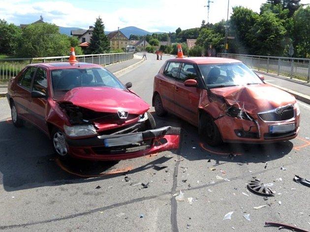 V Bělé pod Pradědem se srazila dvě auta