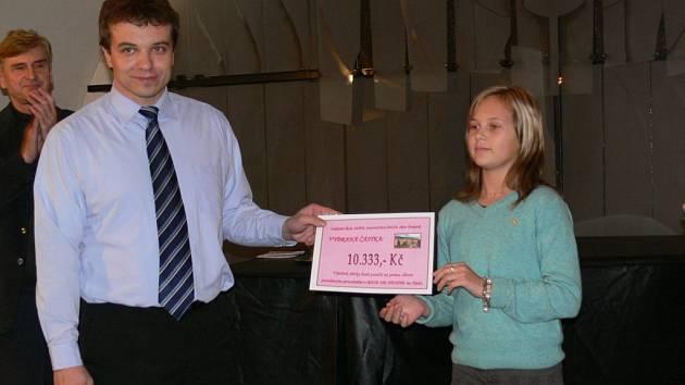 Šéf Charity Zábřeh Jiří Karger diskutuje s dětmi, které mu předaly symbolický šek pro Haiti.