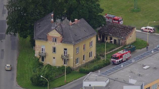 Požár přístřešku zachycený z letadla