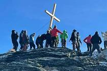 Instalace kříže na vrcholu Vozka v Jeseníkách.