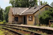 Bohutín. Některé zastávky na trati Bludov – Jeseník jsou v dezolátním stavu.