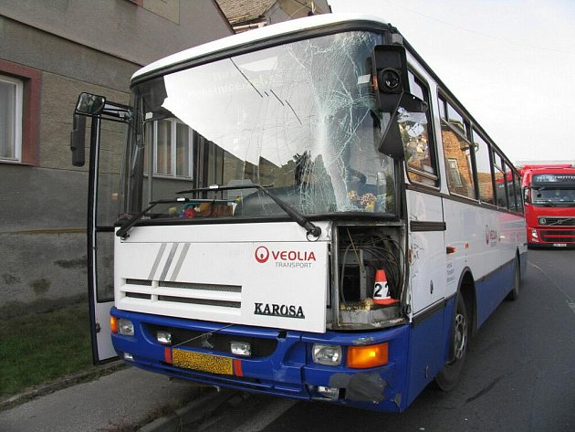 V Libivé u Mohelnice se 18. října střetl kamion s linkovým autobusem