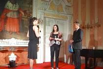Prestižní ocenění Křesadlo 2013 v kategorii sociální služby získala Pavlína Doskočilová (uprostřed).