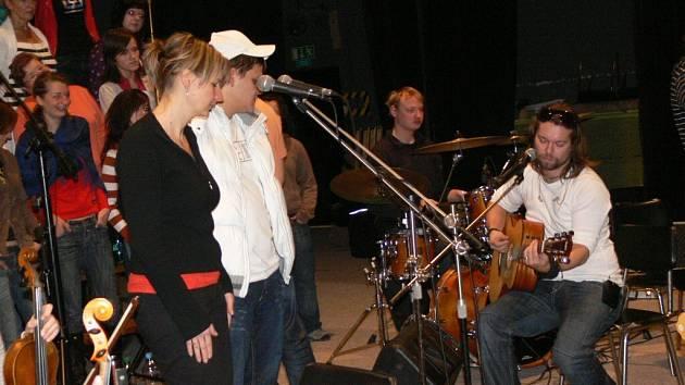 Richard Krajčo a zábřežský sbor Alfa Gospel Praises se v pátek 28. listopadu společně připravovali na koncert ve Státní opeře Praha.