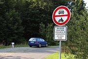 Vjezd na konec Horní Lipové zakazuje motorovým vozidlům značka.