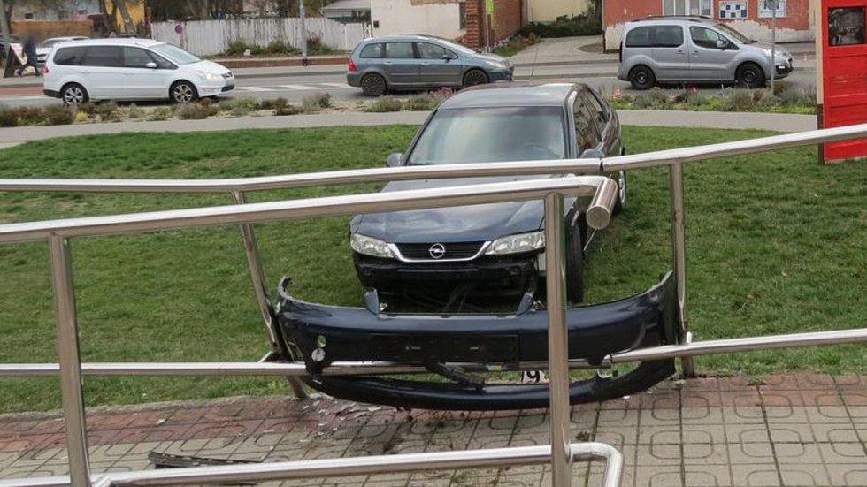 Opilá řidička projela rondelem v centru Zábřehu rovně