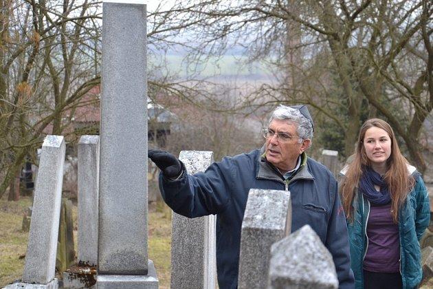hlavní lektor Shalmi Barmore z památníku Jad Vašem v Jeruzalémě se skupinkou studentů na loštickém židovském hřbitově.