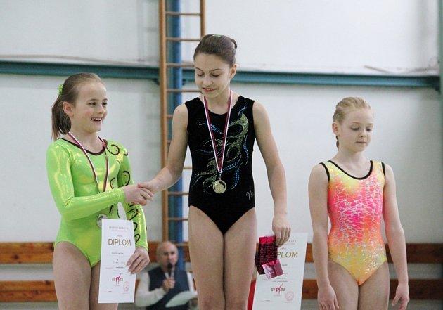 Gymnastky na stupních vítězů.