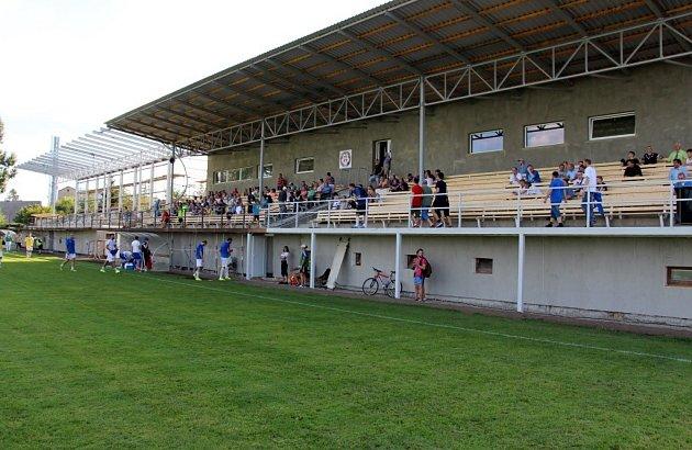 Pohled na starou a novou část tribuny v Mohelnici.