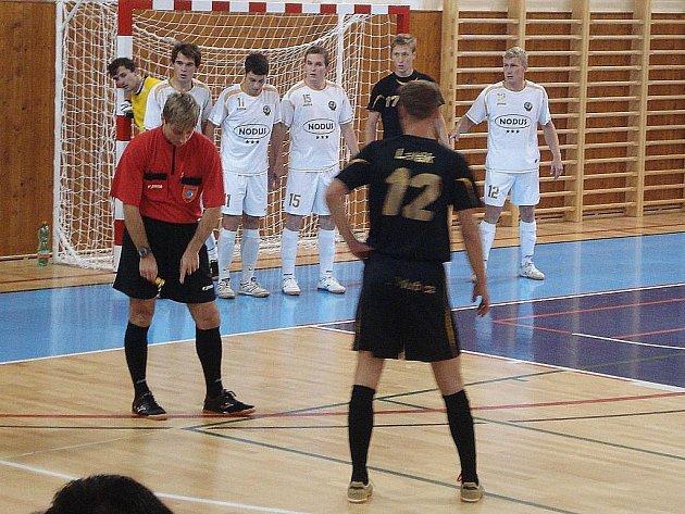 Hráči Gamaspolu (bílé dresy) v utkání na VŠB