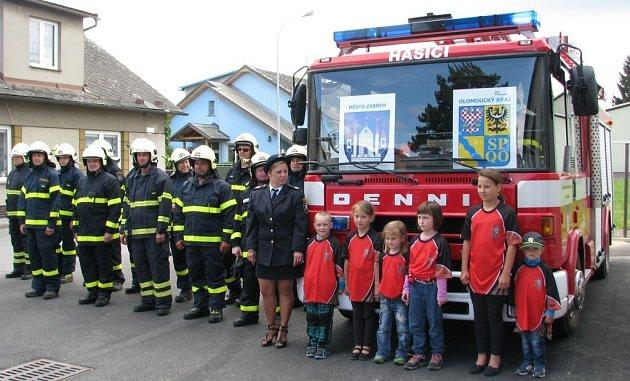 Zásahová jednotka zábřežských dobrovolných hasičů už může k výjezdům využívat nové vozidlo Dennis Rapier.