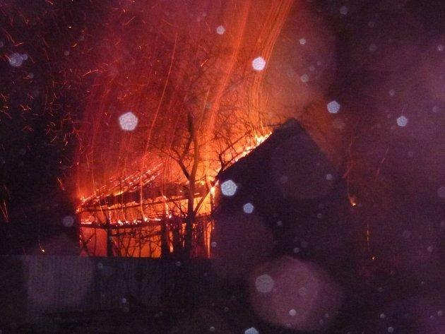 Stodola u rodinného domu ve Vikýřovicích začala hořet ve čtvrtek 9. ledna brzy ráno. Při zásahu hasičů se celá konstrukce zřítila.