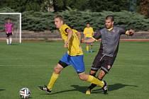 Fotbalisté Šumperku (ve žlutém) proti Hněvotínu