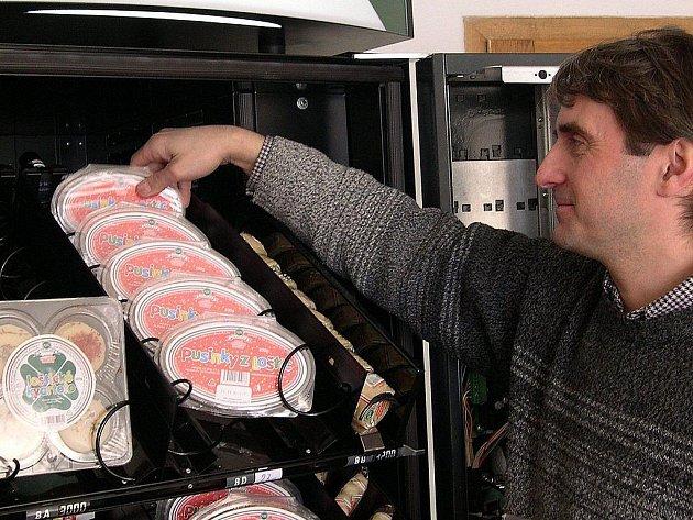 První automat na prodej tvarůžků funguje od roku 2004 v Lošticích v průjezdu restaurace U Coufalů. Doplňuje ho majitel restaurace Jan Konečný