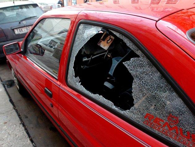 Zloději se do aut dostávají nejčastěji rozbitými okny.
