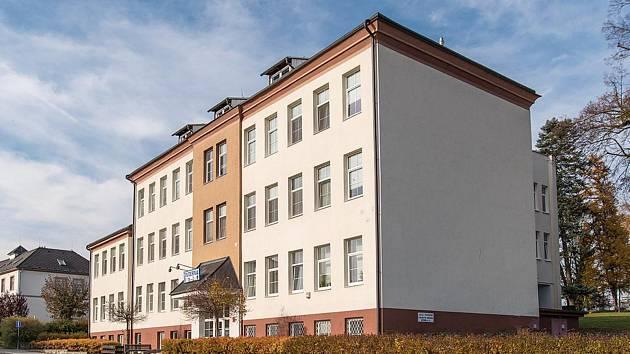 Větší z budov zábřežské interny