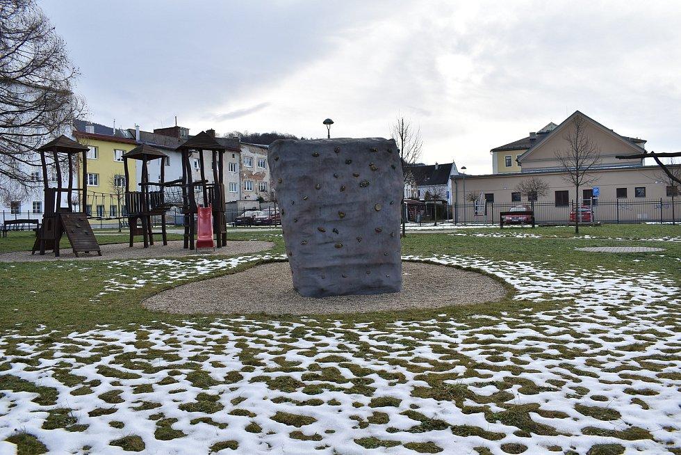 Zlaté Hory. Dětské hřiště za radnicí.