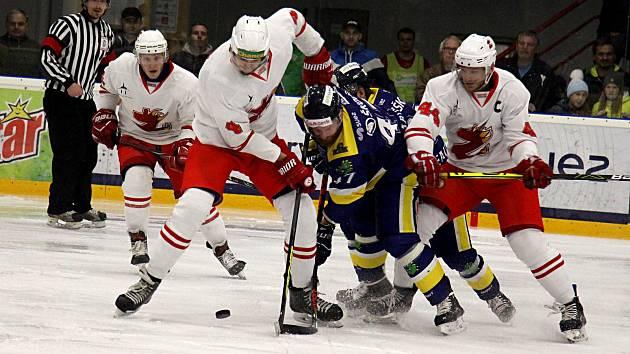 Hokejisté Žďáru (v bílých dresech) vyválčili v Šumperku nečekané tři body.