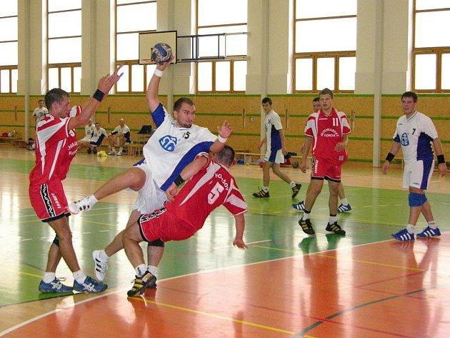 Snímek z utkání Šumperku (bílé dresy) a Holešova, které se hrálo jen jako přátelské, neboť Holešov neměl zaplacené poplatky.