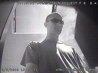 Hledaný muž na záběrech bezpečnostní kamery bankomatu