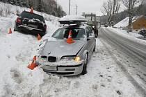 Řidič havaroval na zasněžené vozovce.